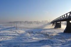 Ландшафт зимы с мостом Река не замерзает Стоковые Фотографии RF