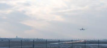 Ландшафт зимы с приземляясь воздушными судн стоковое фото