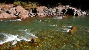 Ландшафт зимы с рекой горы видеоматериал