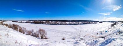 Ландшафт зимы Ponarama природы Река Oka, который замерли и покрытые с снегом В природе в зиме в России ясность стоковые изображения rf