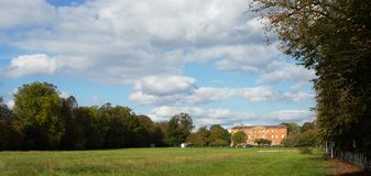 Ландшафт, игровая площадка и загородный дом Йорка Стоковые Фото
