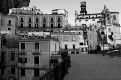 Ландшафт Италии - изумляя изображение деревни Atrani черно-белое стоковые изображения rf