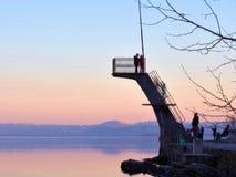 Ландшафт итальянского озера на заходе солнца с людьми стоковое изображение rf