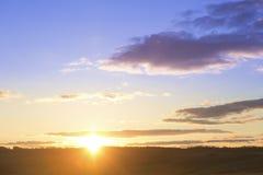 Ландшафт и драматический заход солнца или небо восхода солнца Стоковое Фото