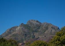 Ландшафт Кейптауна с редко взглядом горы таблицы без облаков в Южной Африке стоковое фото rf