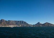 Ландшафт Кейптауна с редко взглядом горы таблицы без облаков в Южной Африке стоковое изображение