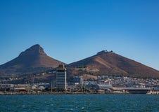 Ландшафт Кейптауна с редко взглядом горы таблицы без облаков в Южной Африке стоковое фото