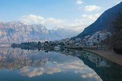 Ландшафт красивой зимы среднеземноморской - горы, голубое небо с белыми облаками и отражение в воде Черногория стоковое фото rf