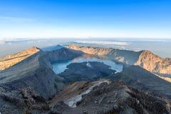 Ландшафт леса горы под небом восхода солнца с облаками Стоковые Изображения