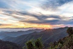 Ландшафт леса горы под небом восхода солнца с облаками Стоковая Фотография