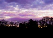 Ландшафт леса с пинком и пурпурными nacreous облаками, красочным влиянием неба которое редко происходит в зиме стоковая фотография