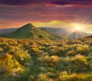 Ландшафт лета в горах. Заход солнца с dramati стоковое изображение