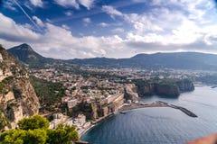 Ландшафт лета в горах и облаках голубого неба Высококачественный отснятый видеоматериал, маленький город на пляже и утесы, оливко стоковое изображение rf