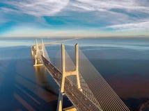 Ландшафт моста Gama Vasco da на восходе солнца Один из самых длинных мостов в мире Лиссабон изумительное туристское назначение стоковые изображения