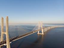 Ландшафт моста Gama Vasco da на восходе солнца Один из самых длинных мостов в мире Лиссабон изумительное туристское назначение стоковое изображение rf