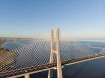 Ландшафт моста Gama Vasco da на восходе солнца Один из самых длинных мостов в мире Лиссабон изумительное туристское назначение стоковые фото