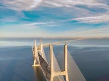Ландшафт моста Gama Vasco da на восходе солнца Один из самых длинных мостов в мире Лиссабон изумительное туристское назначение стоковые изображения rf