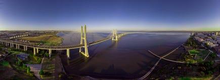 Ландшафт моста Gama Vasco da на восходе солнца Один из самых длинных мостов в мире Лиссабон изумительное туристское назначение стоковая фотография
