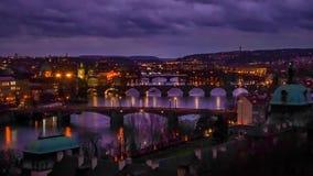 Ландшафт мостов над рекой Влтавы в городе Праги, чехии сток-видео