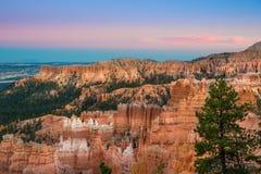 Ландшафт национального парка каньона Bryce на заходе солнца Стоковые Изображения