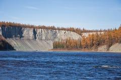 Ландшафт на сибирском реке осенью пока удящ Стоковое Изображение