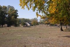 Ландшафт на ферме озером около здания стоковая фотография rf