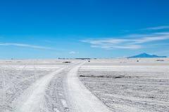 Ландшафт неимоверно белого соли плоского Салара de Uyuni, между Андами на юго-западе Боливии, Южная Америка стоковые фото