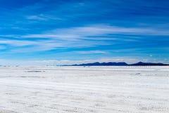 Ландшафт неимоверно белого соли плоского Салара de Uyuni, между Андами на юго-западе Боливии, Южная Америка стоковые изображения rf