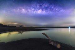 Ландшафт ночи с млечным путем на небе стоковые фото