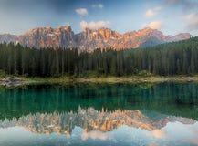Ландшафт озера Альп с forrest горой, Lago di Carezza - Dol стоковая фотография rf