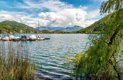 Ландшафт озера Лугано и швейцарских Альп в Lavena Ponte Tresa, Италии стоковое изображение