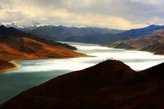 Ландшафт озера Yamdrok Yumtso стоковые фото