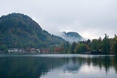 Ландшафт окружая кровоточенное озеро в Словении Стоковые Изображения