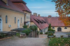 Ландшафт осени архитектуры в дворе Поместье Slokenbeka - средневековое укрепленное поместье Стоковое фото RF