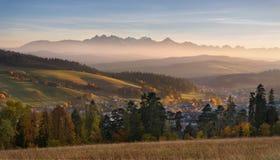 Ландшафт осени гор Польши Tatra Красивый вид высокого Tatras и живописной солнечной долины Польское сельское острословие ландшафт стоковое изображение