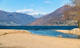 Ландшафт осени озера Maggiore с швейцарскими горами в предпосылке Стоковое Изображение RF