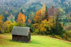 Ландшафт осени с деревянной хатой Стоковые Изображения RF