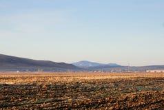 Ландшафт осени с очищенным аграрным полем во время восхода солнца стоковое фото rf