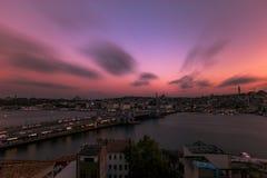 Ландшафт от накладных расходов моста Galata Стамбула в вечере стоковое изображение rf