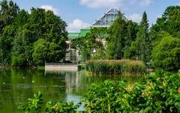 Ландшафт Парк с прудом и парником Стоковая Фотография