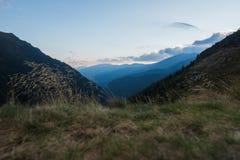 Ландшафт пиковых гор Transfagarasan от верхней части на заходе солнца стоковые изображения rf