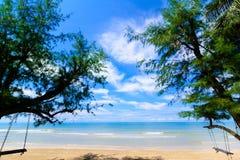 Ландшафт пляжа, одичалого тропического пляжа в южной части Таиланда в солнечном дне стоковая фотография rf