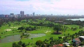 Ландшафт поля для гольфа Miami Beach Воздушная видео- съемка с трутнем видеоматериал
