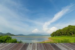 Ландшафт природы включая запруду, дерево, гору и голубое небо Стоковое Фото