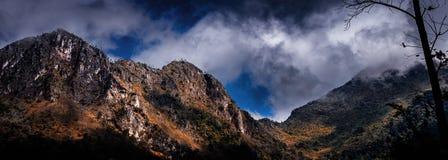 Ландшафт природы Chiangmai Таиланда: гора с туманом облаков Стоковое Изображение RF