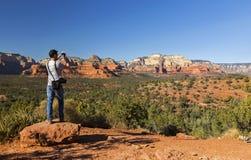 Ландшафт пустыни Sedona Аризоны взгляда молодого атлетического человека сценарный стоковое фото