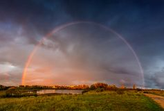 Ландшафт радуги и драматическое небо дождя стоковое изображение