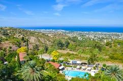 Ландшафт рая среднеземноморской в регионе Kyrenia, северном Кипре принятом в поздним летом с сельскими зданиями и гостиничными ко стоковые фото