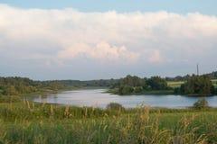 Ландшафт: река, поля, лес стоковые фотографии rf