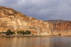 Ландшафт реки Евфрат Halfeti на переднем плане и Sunken мечети Sanliurfa, Gaziantep в Турции стоковые фотографии rf